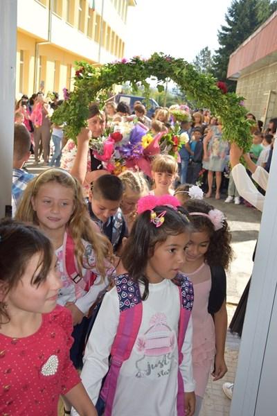 Венец от живи цветя сплетоха за учениците в Елена