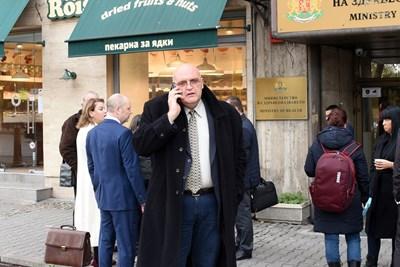 Ръководството на лекарския съюз преди да влезе на разговори в МЗ. СНИМКА: Велислав Николов