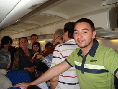 Антон Хекимян в самолета от Мадрид на рождения си ден през 2008 г., зад него Валя Балканска пее - това е нейният поздрав за журналиста.  СНИМКА: Личен архив