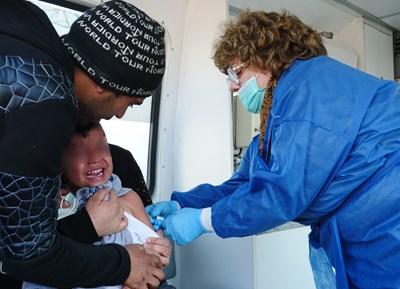 За да ограничат епидемията от морбили, през 2019 г. лекари от столичното РЗИ поставяха ваксини на деца в ромските квартали. СНИМКА: ЙОРДАН СИМЕОНОВ