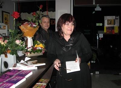 Поетесата Маргарита Петкова и Добромир Банев (зад нея) се видяха за първи път миналата седмица, когато Маргарита Петкова представи творчеството си в столична книжарница.  СНИМКА: ПИЕР ПЕТРОВ