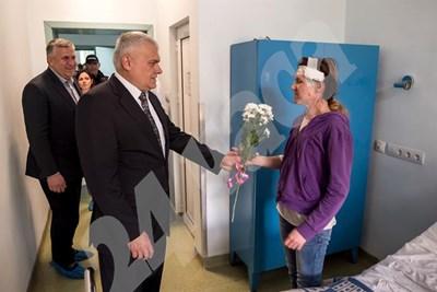 Вътрешнният министър подари цветя на Гергана. СНИМКИ: Йордан Симеонов СНИМКА: 24 часа