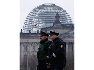 Германски полицаи патрулират край Райхстага след информацията за готвените атентати.