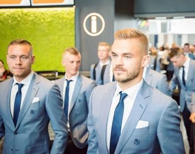 Холмар Ейолфсон (вдясно) при пристигането на исландските национали в Русия