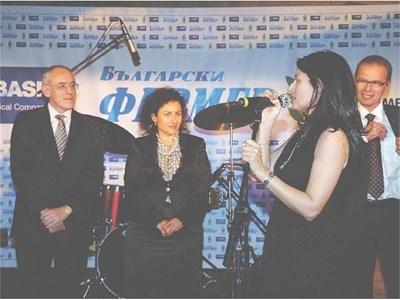 Шефката на земеделската комисия в парламента Десислава Танева и мениджърът  на BASF за Източна Европа Майкъл Хес поздравиха  агробизнесмена на годината Ваня Горчева (на преден план). СНИМКА: ДЕСИСЛАВА КУЛЕЛИЕВА