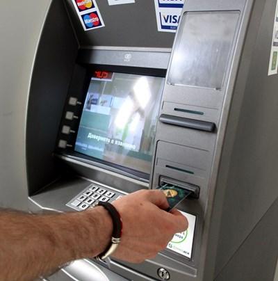 Таксите за теглене от банкомат ще намаляват с новата наредба на БНБ.