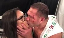 Всички печелят от целувката на Кобрата