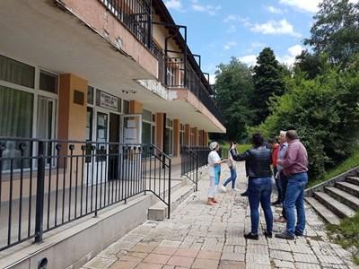 Кметът на Дупница инж. Методи Чимев огледа какви са възможностите за разкриване на нова яслена група в с. Бистрица.