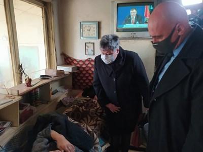 Административният ръководител на Окръжна прокуратура-Шумен Маргарита Георгиева посети пострадали от грабеж възрастни хора в село Велино. Снимка сайт на прокуратурата