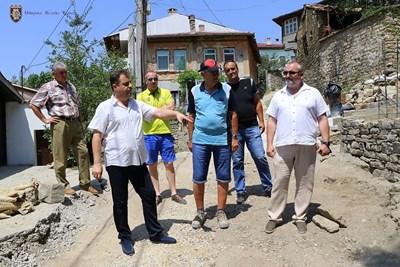 Кметът Даниел Панов лично провери хода на строителството в старата градска част СНИМКА: Община Велико Търново