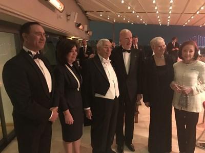 Димитър Атанасов е в средата до Симеон Сакскобургготски, който със съпругата си царица Маргарита е чест гост в дома на цариградския българин.  СНИМКА: Личен архив