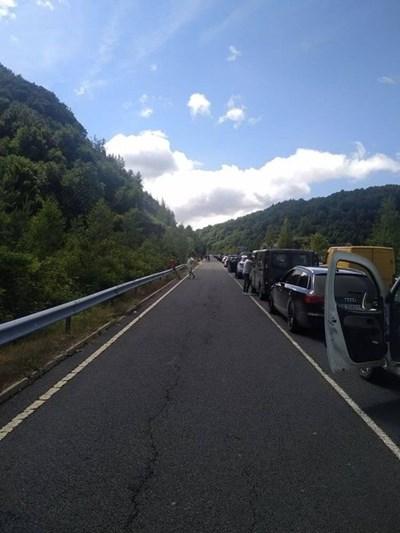 Колоната от леки автомобили е около два километра. Снимки: Фейсбук