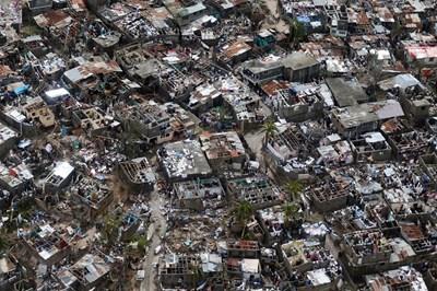 "Ураганът ""Матю"" почти напълно отнесе крайбрежния град Жереми в Хаити. СНИМКА: РОЙТЕРС"