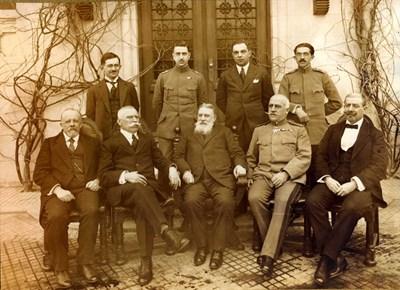 Българската делегация в Брест-Литовск. В центъра с брадата е премиерът Васил Радославов.