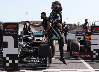 Проблем с пистата в Португалия, Хамилтън на първа позиция