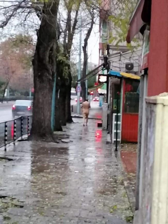 Гол мъж тича по централен булевард в Пловдив в дъжда