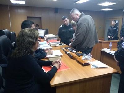 На Венцеслав Караджов бяха предявени в съда оръжията, иззети от дома му СНИМКА: Анелия Перчева
