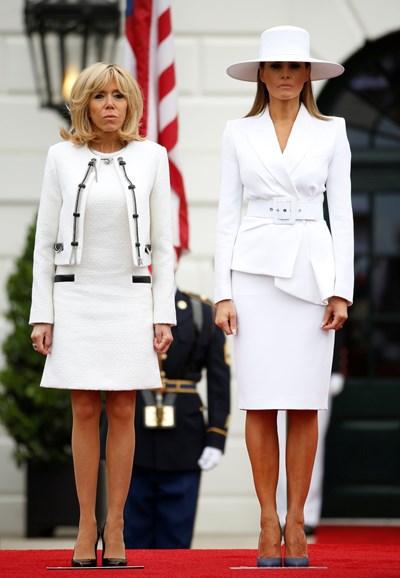 Мелания и Брижит бяха в бели тоалети за церемонията по посрещането в Белия дом. СНИМКА: РОЙТЕРС