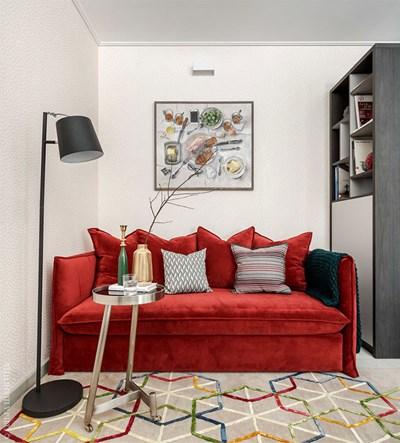Диванът в дневната е ярък акцент. Интересни са килимът и високата масичка Снимки pufikhomes.com