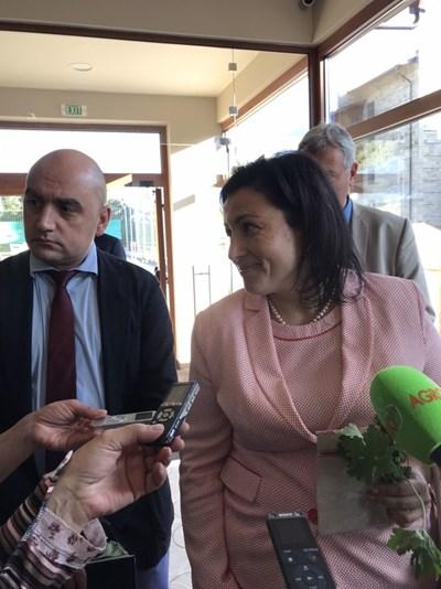 """Земеделският министър Десислава Танева и шефът на фонд """"Земеделие"""" Васил Грудев  представиха на семинар в Разлот възможности за финансиране  по програмата за селските райони."""