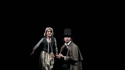 Жан Валжан (Влади Михайлов) взема под грижите си малката Козет (Анжелина Денчева).