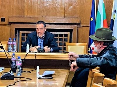 Кметът Димитър Николов ръководи Общинския кризисен щаб.