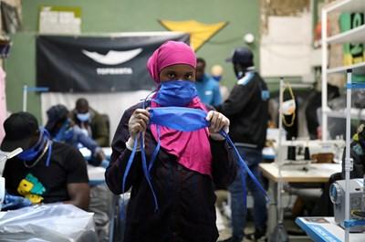 Доброволци шият маски за болници в Барселона.   СНИМКА: РОЙТЕРС