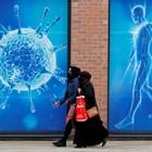 По улиците на английския град Олдам са поставени плакати, изобразяващи коронавируса.