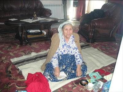 Баба Станка в дома си в Чомаковци СНИМКА: ЛИЧЕН АРХИВ