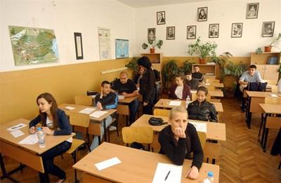 Зрелостници получават изпитните материали за матурата по български език през 2009 г.