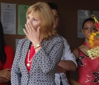 """Директорката на ЕГ """"Иван Вазов"""" Мариана Димитрова често бърса сълзи, трогната от изпълненията на своите ученици СНИМКИ: РАДКО ПАУНОВ"""