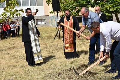Кметът Камбитов даде старт на строежа на нова спортна площадка.