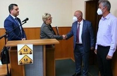 Наградените лекари, зам-областният управител Галин Господинов и д-р Николинка Минчева.