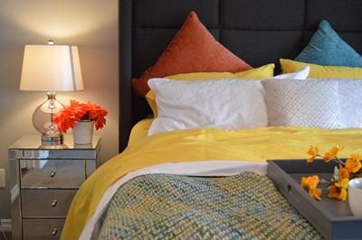 Дори и малкият жълт акцент прави спалнята слънчева Снимки pixabay.com