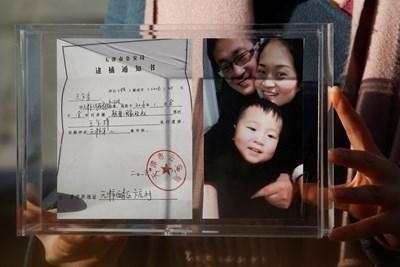 Плакат на Ван Цюанчжан и семейството му СНИМКА: Ройтерс