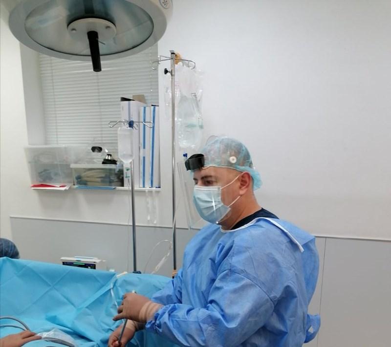д-р Александър Боцевски, Хил клиник уролог в операционната
