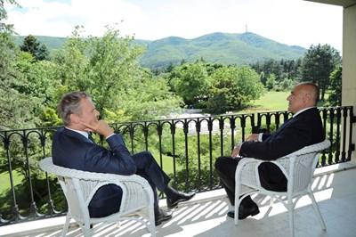 """Премиерът Бойко Борисов разговаря с председателя на Европейския съвет Доналд Туск на терасата в резиденция """"Бояна""""."""
