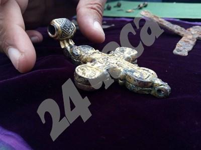 Златният кръст - реликварий, открит на Трапезица СНИМКИ: Дима Максимова СНИМКА: 24 часа