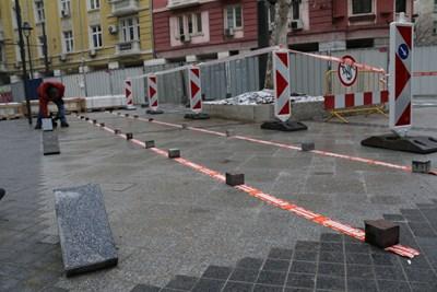 """Призми ще отделят трамваите от зоната за пешеходци по """"Графа"""". СНИМКА: БЛАГОЙ КИРИЛОВ"""
