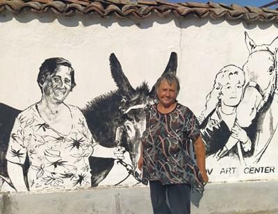 Преди месец Стефана Господинова позираше пред дома си, където е изрисувана от полските художници Венцислав и Катаржина Пирянкови с магарето си и Бриджит Бардо. Снимки: Авторът