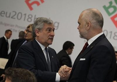 Антонио Таяни поздравява албанския премиер Еди Рама преди началото на срещата на върха в София