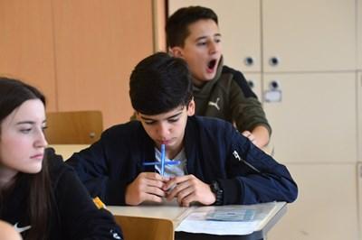 """Ученици от 119-о СУ """"Акад. Михаил Арнаудов"""" чакат да им раздадат изпитните материали."""