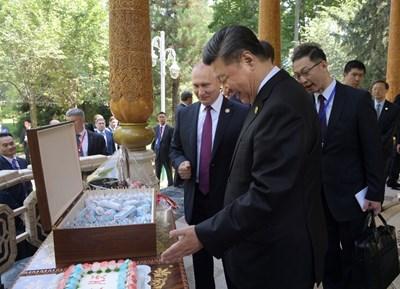 Владимир Путин подари руски сладолед на китайския президент СНИМКИ: Ройтерс