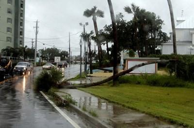 """Ураганът """"Матю"""" причини множество щети в щата Флорида СНИМКИ: Ройтерс"""