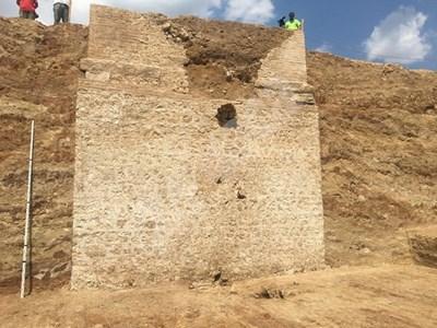 Близо 8 метра от южната стена на гробницата вече е разкрита СНИМКИ: Авторът