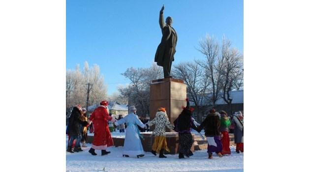 В страната на гнусния гном Путин празнуват нещо, дето никой не знае какво е.  Може би танц на агресивно луди