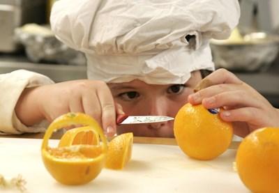 Един от подходите децата да придобият здравословни хранителни навици е да ги включваме с атрактивни дейности в  приготвянето на собственото им меню.