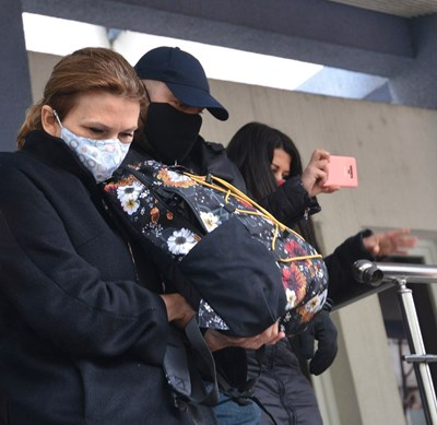 Десислава Николова на излизане от полицията, където бе привикана след ареста на сина й. СНИМКА: Йордан Симeонов