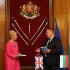 Министър Каракачанов подари на посланик Хопкинс и две книги. Снимка министерство на отбраната