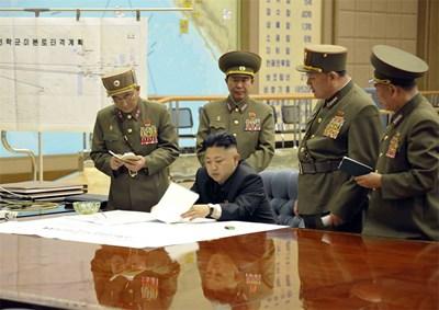 Севернокорейският лидер подписва стратегическите планове за удари по територията на САЩ. СНИМКИ: РОЙТЕРС